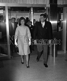 1961. 16 Mars. By AP/RBO. President John Kennedy, accompanied by his wife Jacqueline arrive in Washington at the State Department auditorium for a ceremony marking the centennial of Italian unification. (AP Photo/RBO)