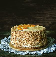 Η αγαπημένη τούρτα των παιδικών μου χρόνων ήταν αυτή με το μουλιασμένο σε σιρόπι αφράτο παντεσπάνι, την ανάλαφρη κρέμα και τα χοντροκομμένα καβουρντισμένα αμύγδαλα. Η τούρτα αμυγδάλου αν και παλαιομοδίτικη είναι αξεπέραστη