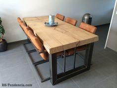 Prachtige tafel met eiken boomstamblad en robuuste stalen poten. Mooie stoelen erbij in de cognac-kleur.
