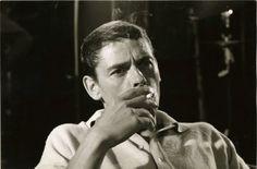 Jacques Brel et sa fidèle cigarette. Un portrait vintage à regarder de plus près sur Photo Memory...