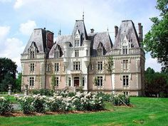 Chateau la Beauvriere - 25 minutes from Angers, Maine-et-Loire . This has to be one of the prettiest Chateaux in France Castle Ruins, Medieval Castle, Castle House, Limousin, Abandoned Houses, Old Houses, Windsor, Grayson Manor, Sainte Claire