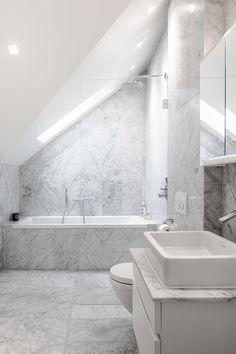 Storslagen utsikt från denna exklusivt nyrenoverade vindsvåning med bästa läge i det Bünsowska huset på Strandvägen. Våningen har en modern och öppen planlösning med vardagsrum, matsal och kök i nära anslutning. Separat sovrumsavdelning med tre sovrum och två badrum. Våningen är totalrenoverad 2016 och i absolut toppskick. Genomgående högkvalitativa material i en klassisk modern stil. En av Strandvägens elegantaste entréer med originalmålningar från 1888. Förening med mycket god ekonomi…