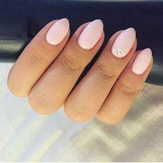 Decorare le unghie corte a forma di mandorla con piccoli brillantini sul  dito anulare