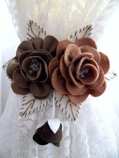 Par de Prendedor de Cortinas feito em feltro de Rosas, para decorar seu ambiente. Felt Diy, Felt Crafts, Fabric Crafts, Diy And Crafts, Crafts For Kids, Felt Flowers, Diy Flowers, Fabric Flowers, Paper Flowers