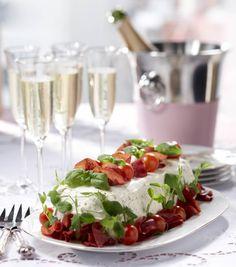 Voileipäkakku on juhlien ikisuosikki - näillä vinkeillä onnistut Caprese Salad, Feta, Appetizers, Baking, Drinks, Cupcakes, Entertainment, Red Peppers, Drinking