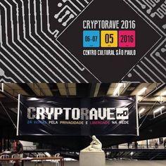 O CCSP foi o primeiro espaço cultural público pelo qual me apaixonei em SP. É aberto de fácil acesso multidisciplinar e agrada a todas as idades.  Neste final de semana acontece lá um encontro interessantíssimo: a CryptoRave.  Em 24 horas a CryptoRave trará mais de 40 atividades sobre segurança criptografia hacking anonimato privacidade e liberdade na rede.  A CryptoRave inspira-se na ação global e descentralizada da CryptoParty que objetiva difundir os conceitos fundamentais e softwares…