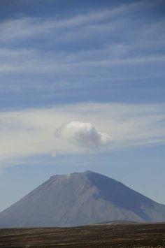 Varios operadores turísticos de Arequipa ofrecen caminatas hasta la cima, ubicada a unos 5,825 metros, que no son difíciles desde el punto de vista técnico, pero que exigen tener buenas condiciones físicas debido a la altura.