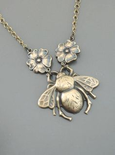 Vintage Necklace Bee Necklace Vintage by chloesvintagejewelry Bee Necklace, Art Deco Necklace, Brass Necklace, Art Nouveau Jewelry, Jewelry Art, Antique Jewelry, Vintage Jewelry, Handmade Necklaces, Handmade Jewelry