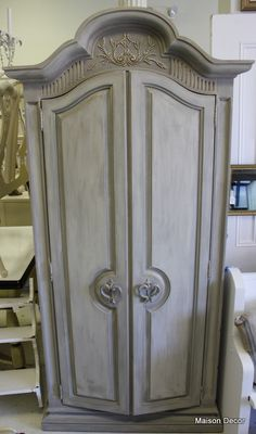 Chalk paint French Linen with building