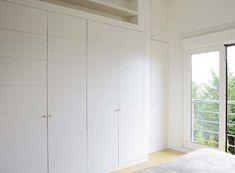 La distribución interior de un armario es muy importante, pero no es lo único que debe preocuparte a la hora de elegir el diseño del tuyo. Las puertas son otro de los elementos a los que debes...
