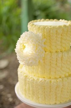 yellow wedding cake sunflower in front, wedding colors alternating layers? Gorgeous Cakes, Pretty Cakes, Cute Cakes, Amazing Cakes, Cake Pops, Cake Gallery, Occasion Cakes, Piece Of Cakes, Mellow Yellow