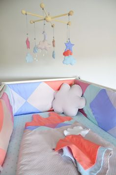 """Tour de lit et gigoteuse bébé fille - Collection """"GeoRétro"""", pastel, abstrait et rétro : Linge de lit enfants par shanouk"""