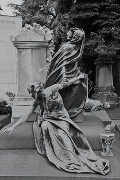 Cemetery Angels, Cemetery Statues, Cemetery Headstones, Cemetery Art, Gardens Of Stone, Weird Creatures, Angels And Demons, Stone Art, Gothic Art