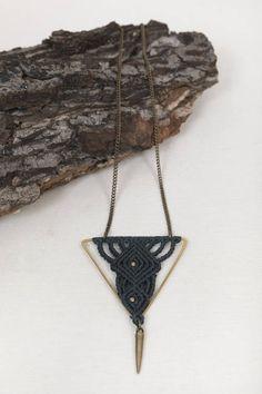 Il s'agit d'un collier unique fait à la main en laiton et corde de coton ciré. Ma source d'inspiration pour ce collier était de créer des motifs douces dans une forme géométrique. Cette combinaison rend approprié pour toutes sortes de tenues, les occasions et les tempéraments. Remarque:
