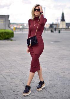 Look bordo, vestido marcando a silhueta destacando os acessório em preto...