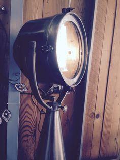 Lampe Projecteur Déco Vintage Cette lampe design en métal gris est parfaite pour une décoration de style industriel, et illuminera votre intérieur avec élégance. Pratique et orientable, elle apportera de la lumière dans votre pièce. Decoration, Creations, Design, Grey, Industrial Style, Vintage Decor, Scandinavian, Custom In, Decor