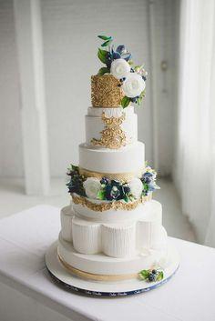 Tartas de boda - Wedding Cake - White Wedding Cake With Gold Accents Pretty Wedding Cakes, Amazing Wedding Cakes, White Wedding Cakes, Wedding Cake Designs, Pretty Cakes, Amazing Cakes, Wedding Cake Cookies, Wedding Cakes With Cupcakes, Cupcake Cakes