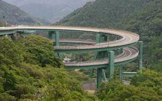 Le pont circulaire de Kawazu-Nanadaru au Japon est situé sur la route nationale 414, reliant Namazu à Shimoda, dans la péninsule japonaise d'Izu au sud-ouest de Tokyo.