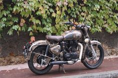 Voici quelque exemples de préparations Royal Enfield. - Royal Enfield Classic Despatch Royal Enfield Bullet, Enfield Bike, Enfield Classic, Actor Picture, Beast, Automobile, Pictures, Chopper, Voici