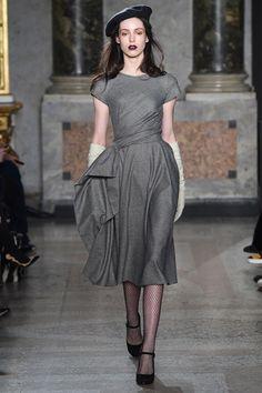 Guarda la sfilata di moda Luisa Beccaria a Milano e scopri la collezione di abiti e accessori per la stagione Collezioni Autunno Inverno 2015-16.