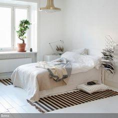 Beigefarbene und goldene Akzente lassen einen hellen Schlafbereich edler wirken. Die Deckenleuchte in GOLD ist ein besonderer Hingucker. Die gestreiften Läufer…
