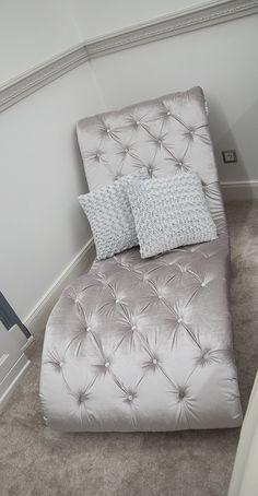 Egyedi rendelésre készült, Belga bársonnyal, steppelt hullám formájú szófa. Mattress, Bed Pillows, Pillow Cases, Furniture, Home Decor, Pillows, Decoration Home, Room Decor, Mattresses