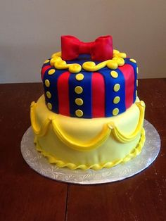 Snow White Theme This cake is french vanilla with rolled MMF. Beautiful Cakes, Amazing Cakes, Snow White Cake, Prince Cake, Snow White Birthday, White Cakes, Fruit Shakes, Disney Cakes, Creative Cakes