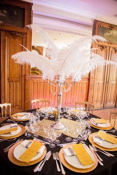 Belle décoration de table Gatsby, de style années 1920. Grandes plumes, nuances de noir et de doré pour une décoration de mariage épurée et chic à souhait !
