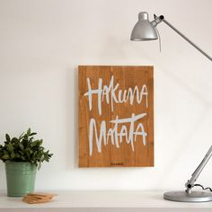 Cartel-de-madera-para-la-decoracion-nordica- woody-m-hakuna-matata-marron