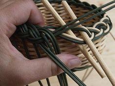 Obrazek Paper Basket Weaving, Wicker Baskets, Diy And Crafts, Handmade, Matisse, How To Make, Hampers, Wicker, Cornrows