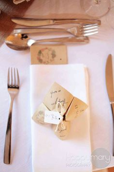 Vos cocottes assorties à votre faire-part, parfaites pour décorer votre table de mariage (menu, histoire des amoureux, jeux pour les enfants, etc…). Plus d'information en bas de page (…
