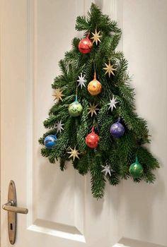 Türschmuck zu Weihnachten basteln – Bastelanleitung aus Tannenzweigen und Schokokugeln bei heimwerker.de