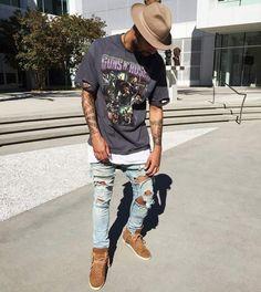 Camisetas de bandas dão um toque de personalidade ao seu look, se inspire em looks masculino usando elas!