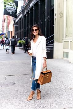 Fall trends | White coat over t-shirt, boyfriend jeans, blush heels and a matching handbag