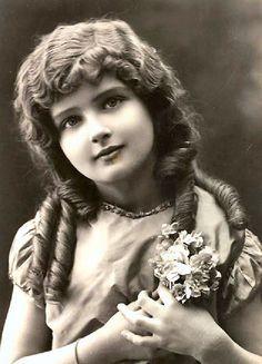 She looks like a porcelain doll. Vintage Children Photos, Vintage Girls, Vintage Roses, Vintage Pictures, Vintage Beauty, Old Pictures, Vintage Images, Old Photos, Album Vintage