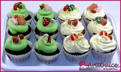 Cupcakes decorados con modelados de chuches en fondant, chuches de verdad y lacasitos