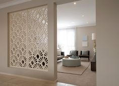 modernes wohnzimmer mit dezente raumtrennung durch wand-raumteiler