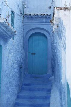 blaue treppe und blaue tr blue stairs and blue door by httpsapphirecollectionsblogspotcom