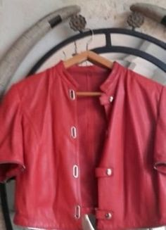À vendre sur #vintedfrance ! http://www.vinted.fr/mode-femmes/vestes-en-cuir/35887828-veste-cuir-hyper-originale-rouge