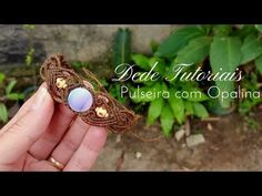 Dede Tutoriais | Como fazer pulseira com pedra frisada #85 - YouTube Macrame Jewelry Tutorial, Macrame Bracelet Patterns, Macrame Rings, Macrame Necklace, Macrame Knots, Macrame Bracelets, Hemp Jewelry, Diy Jewelry, Jewelry Making