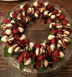 Awesome festive Caprese Wreath great for or any occasion! This is supe. dinner appetizers Awesome festive Caprese Wreath great for or any occasion! This is supe. Christmas Party Food, Xmas Food, Christmas Brunch, Christmas Cooking, Christmas Apps, Christmas Menu Ideas, Christmas Entertaining, Xmas Party Ideas, Christmas Dinner Starters