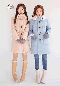 [Chuu]パステルダッフルロングコート  女らしさ強調するパステルカラー仕様のダッフルコートです。 ポコポコと立体感のあるブークレー仕立てが今年らしいアイテム◎ また、フードに付いた柔らかいファーが可愛らしさをより際立ててくれます。 ロング丈の縦長シルエットでスタイルアップ効果があるのも魅力♪ 冬のライトアウターとして幅広い活躍が見込めるひと品です。
