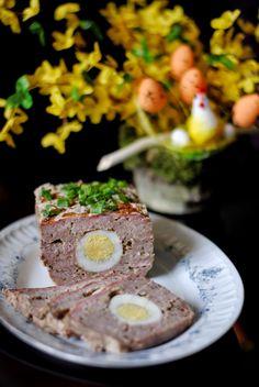 Szukacie pysznego i ciekawego dania na wielkanocny stół? Pieczeń rzymska z jajkiem sprawdzi się doskonale.