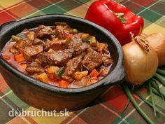 Cigánsky guláš -  Dobre očistené a umyté mäso nakrájame na väčšie kocky. Na osmaženej cibuli a slanine pražíme najskôr asi 3/4 hod...