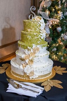 Edible glitter pearls added drama to this Christmastime cake.