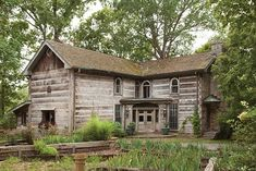 A new book celebrates the beauty of soulful homes Old Cabins, Lake Cabins, Log Cabin Homes, Cabins And Cottages, Cabins In The Woods, Rustic Cabins, Abandoned Houses, Old Houses, Tree Houses