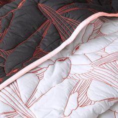 Beadsprei Flying birds (doubleface) in een witte en zwarte zijde met koraalrode kraanvogels en zachtrose bies. Textile Texture, Fabric Textures, Textiles Techniques, Embroidery Techniques, Textile Design, Textile Art, Fashion Details, Fashion Design, Fabric Manipulation
