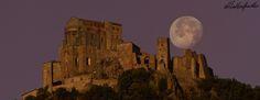 Tramonto della luna sulla Sacra di San Michele, all'alba #myValsusa 23.06.16 #fotodelgiorno di Matteo Guiotto