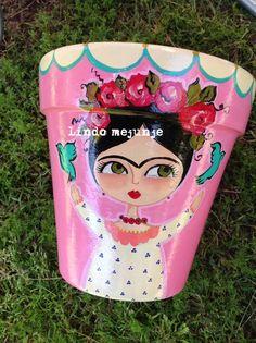 Maceta pintada a mano Frida Kahlo por lindo mejunje Clay Pot Crafts, Rock Crafts, Diy And Crafts, Arts And Crafts, Painted Clay Pots, Painted Flower Pots, Hand Painted, Frida Art, Flower Pot Design