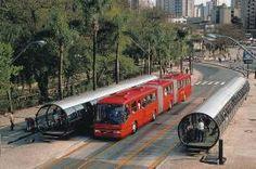"""Curitiba : une ville pour les gens, pas pour les voitures - Carfree - """"Curitiba est une ville brésilienne qui apparaît comme un modèle de développement écologique, en particulier dans le domaine du transport. Son maire, Jaime Lerner, architecte de profession, a posé comme postulat urbain que la ville était faite pour les gens et non pas pour les voitures."""""""